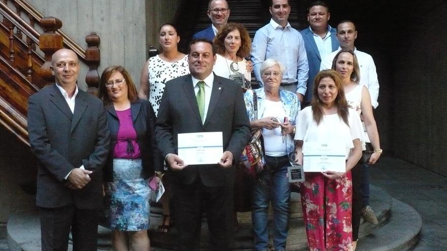 Los premiados con Basilio Pérez y otras autoridades palmeras.