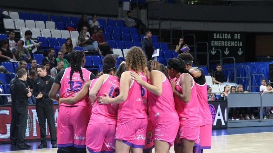 Las jugadoras moradas celebran un triunfo anterior.