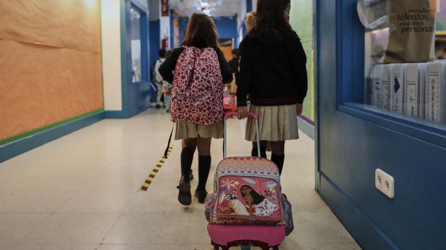 Archivo - Niños en el hall del colegio.- Archivo