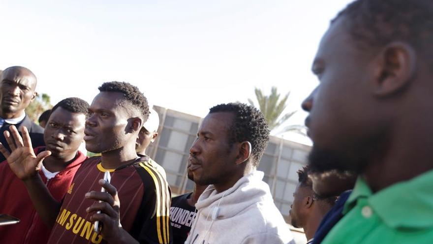 Lusiny Swavay, de Liberia (i), uno de los 57 inmigrantes alojados en el Centro de Internamiento Temporal de Extranjeros (CITE)