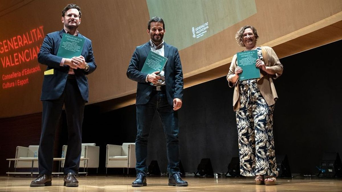 Ramón Marrades amb el conseller Vicent Marzà i la secretària autonòmica Raquel Tamarit.