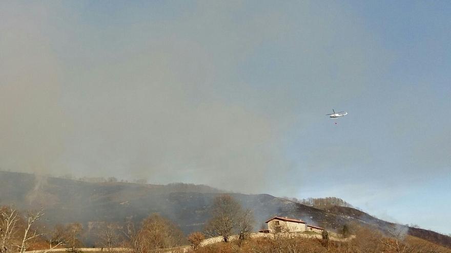 Activos unos 20 incendios de los 40 registrados este viernes en Cantabria