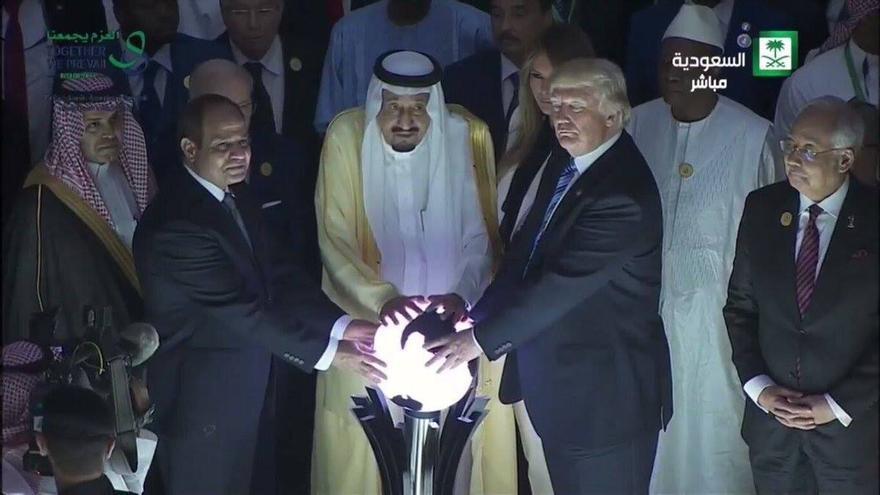 El presidente egipcio (izquierda) y el monarca saudí (centro) junto a Donald Trump