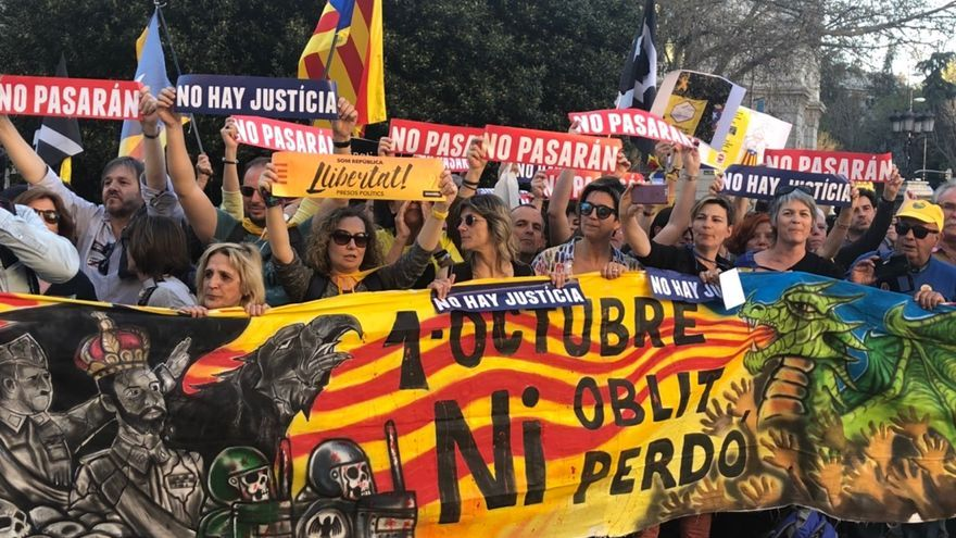 '1 de octubre. Ni olvido ni perdón', entre las pancartas de la manifestación por el derecho a decidir en Madrid