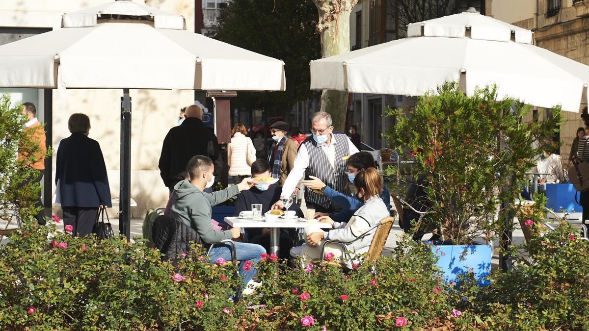 Personas sentadas en una terraza.