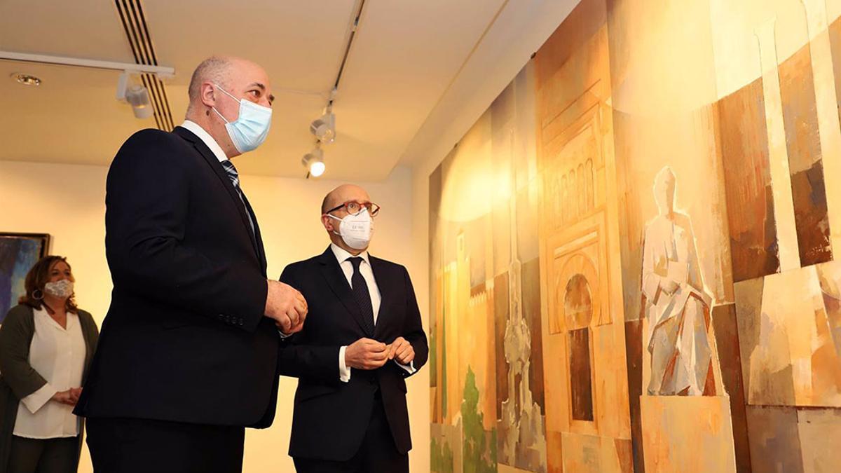 Antonio Ruiz y Joseba Barrena, por delante de Salud Navajas, durante la visita a la exposición.