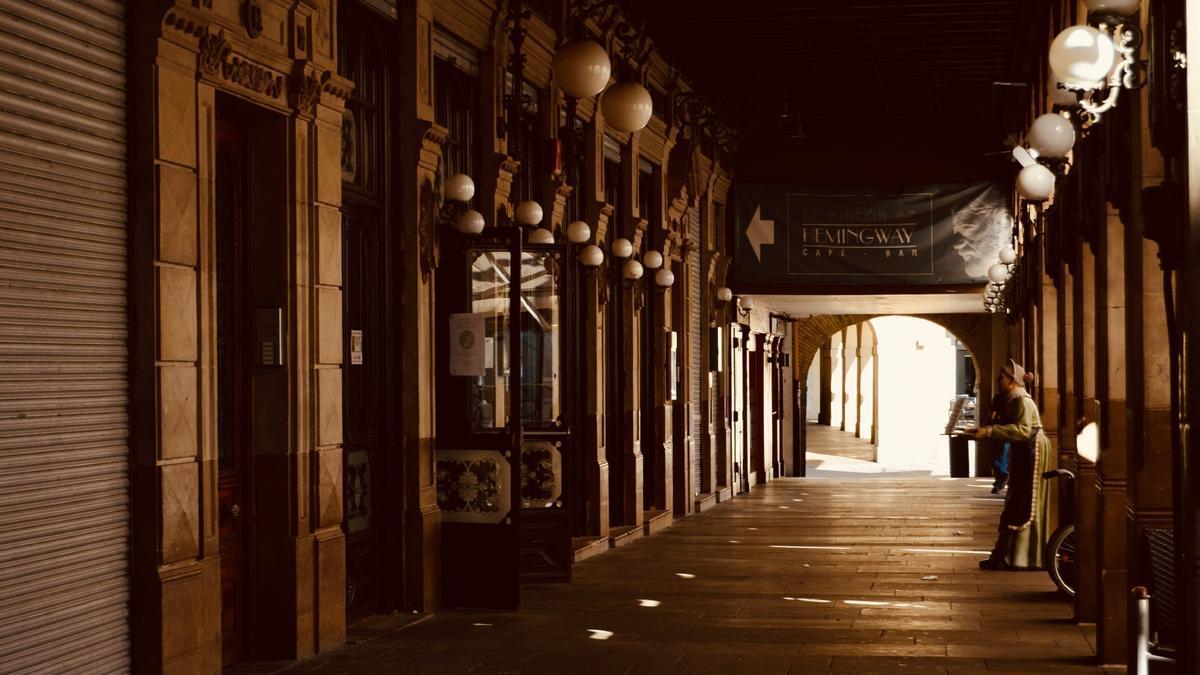 Arcadas en la plaza del Castillo