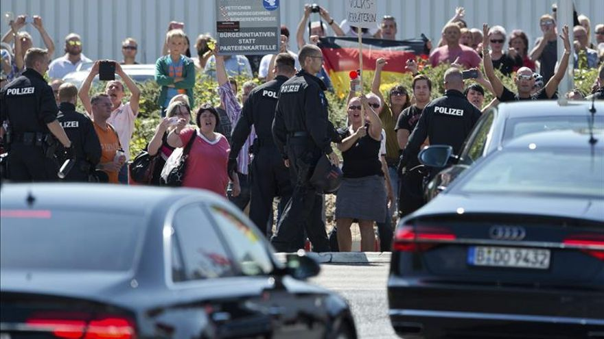 Manifestación en Dresde a favor de los refugiados y contra la política de asilo alemana