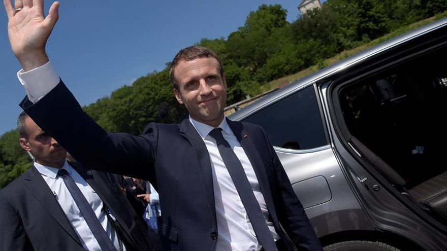 Francia hace tabla rasa y pone su destino en manos de Macron