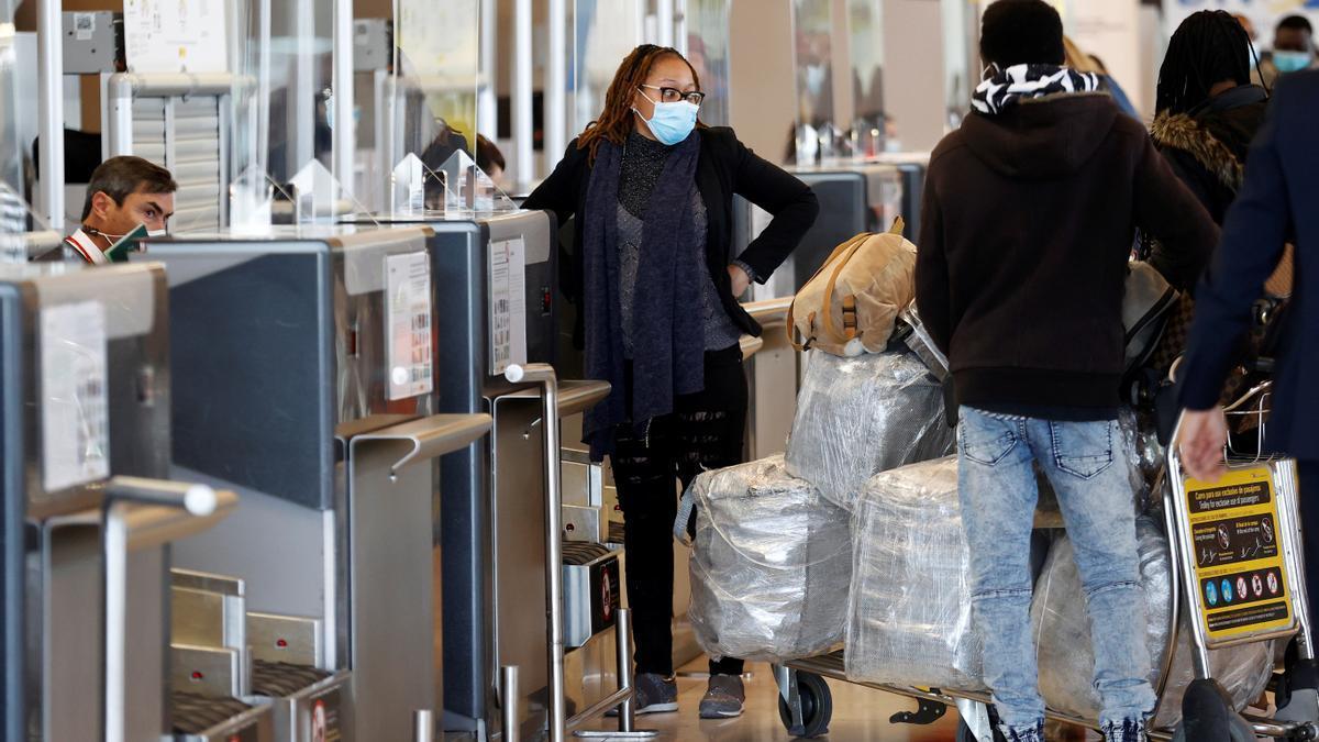 Varios viajeros facturan su equipaje en el aeropuerto Adolfo Suárez Madrid-Barajas.