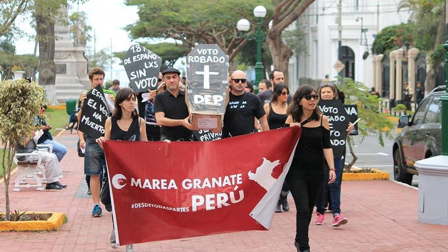 """""""Marcha Fúnebre"""" el día 24 de mayo en Perú, Marea Granate reivindicando el voto rogado. Fuente: Marea Granate"""