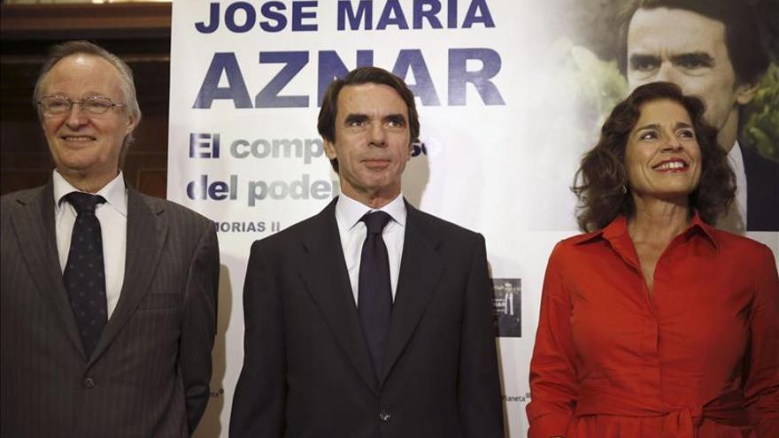 """Aznar """"toma nota"""" de la ausencia del Gobierno en la presentación de su libro"""