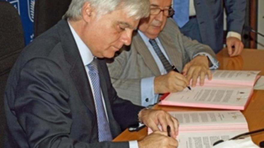 José Miguel Pérez y Jerónimo Saavedra sellan el acuerdo entre Cabildo y Ayuntamiento. (CANARIAS AHORA)