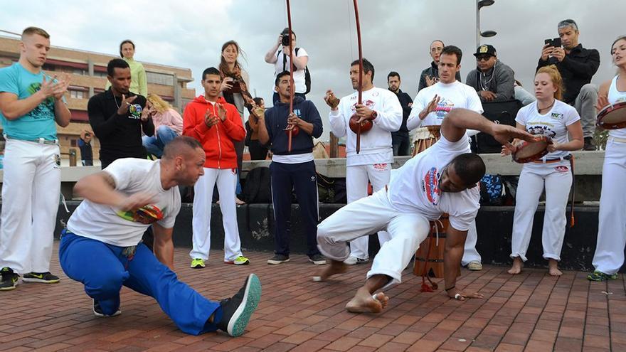 Un grupo practica capoeira en la Plaza de la Puntilla. (Canarias Ahora)
