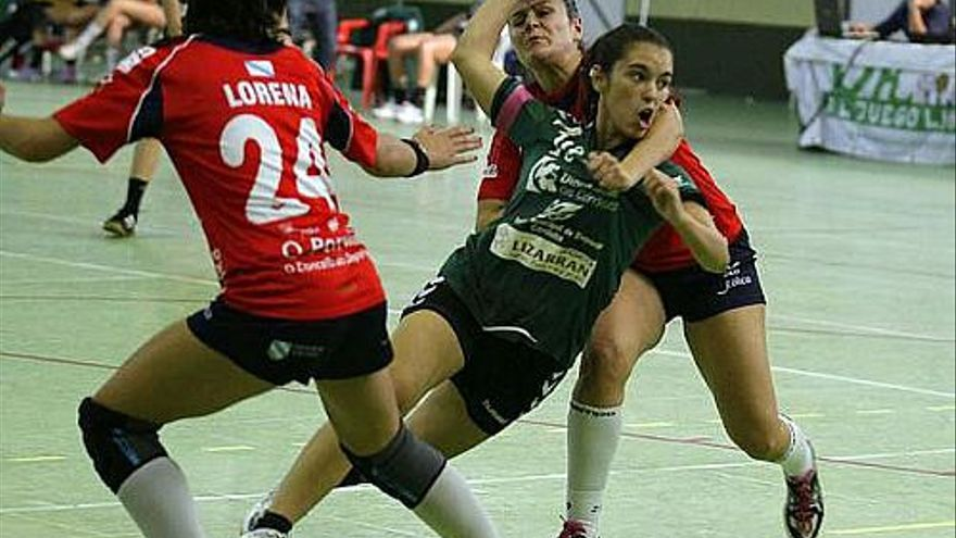 Una imagen de un encuentro de balonmano femenino //@BalonmanoAdesal