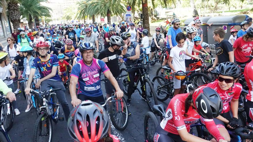 Participantes en el recorrido festivo con bicis por las calles del centro de Santa Cruz de Tenerife