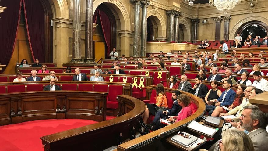 El Parlament convoca un pleno con la situación de los diputados suspendidos en el aire