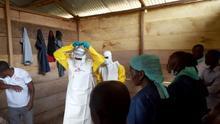 Fotografía facilitada por Médicos Sin Fronteras de sanitarios preparándose para intervenir en el nuevo brote de ébola que afecta a la provincias de Kivu Norte e Ituri.