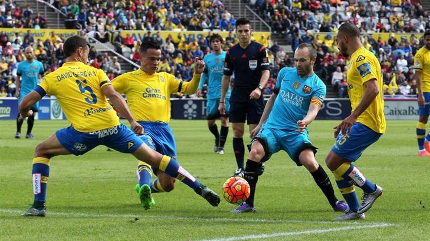 Iniesta controla el balón ante David García, Roque y El Zhar