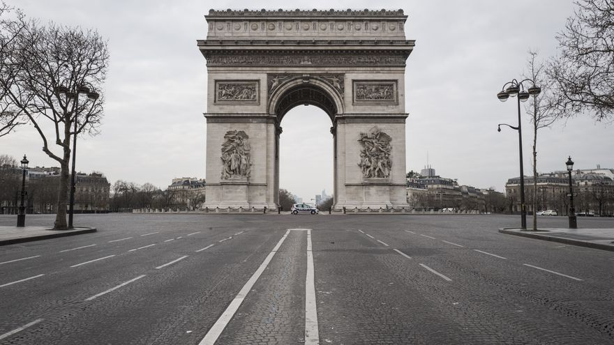 El Arco del Triunfo en París vacío después de que se decretara el confinamiento de la población en Francia