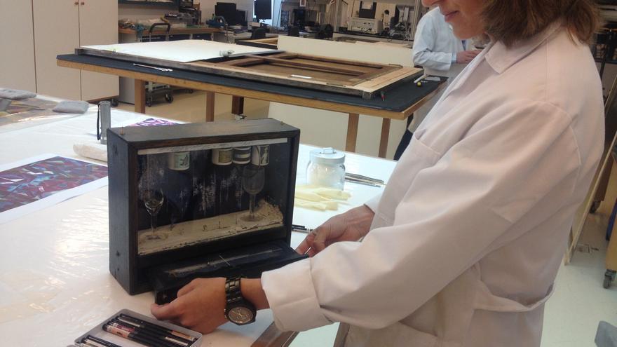 La restauradora del Museo Thyssen, Alejandra Martos, explica los cuidados que está recibiendo 'Burbuja de jabón azul' de Joseph Cornell.
