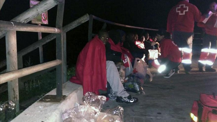 Llegan a Ceuta 16 inmigrantes, uno de ellos menor, en una lancha neumática
