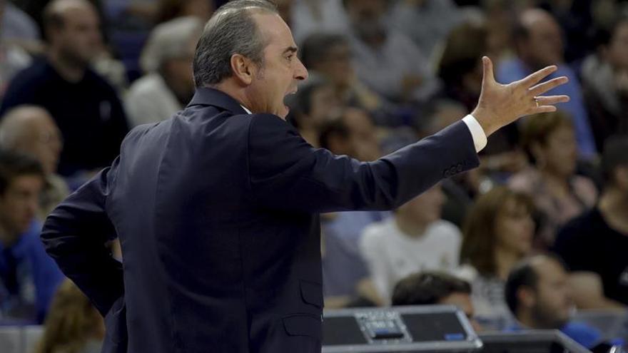 El entrenador de Iberostar Tenerife Txus Vidorreta da instrucciones durante el partido de la octava jornada de la Liga Endesa de baloncesto disputado en el Palacio de los Deportes de Madrid. EFE/Juanjo Martín