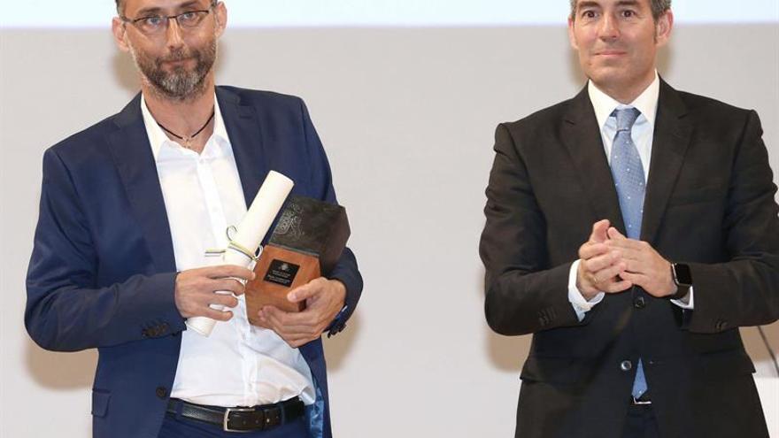 El presidente del Gobierno de Canarias, Fernando Clavijo (d), entrega el Premio Canarias 2016 de Comunicación al periodista grancanario José Naranjo Noble, en el acto central del Día de Canarias.