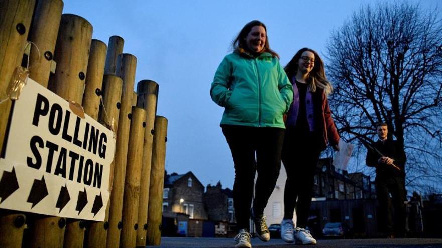 Abren sus puertas los colegios electorales del Reino Unido