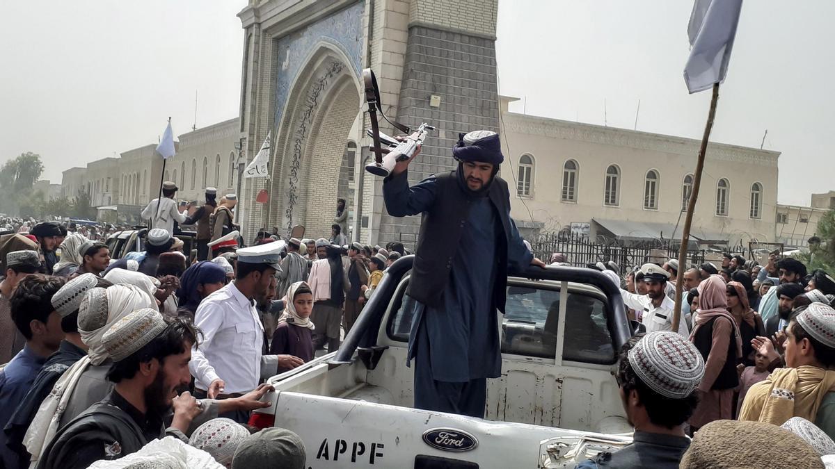 Vista de una patrulla de los talibanes, este domingo en la ciudad de Kandahar.