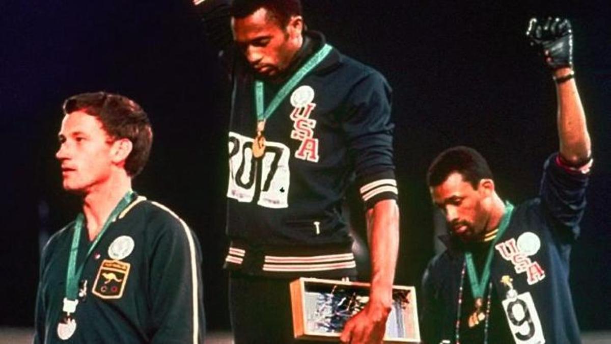 Peter Norman no levantó el puño como Tommie Smith y John Carlos, pero sí lució en el pecho la insignia del Proyecto Olímpico para los Derechos Humanos.