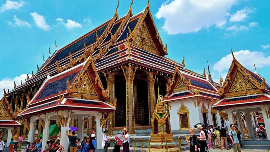 Turistas visitando un templo en Bangkok. (Cedida a Canarias Ahora).