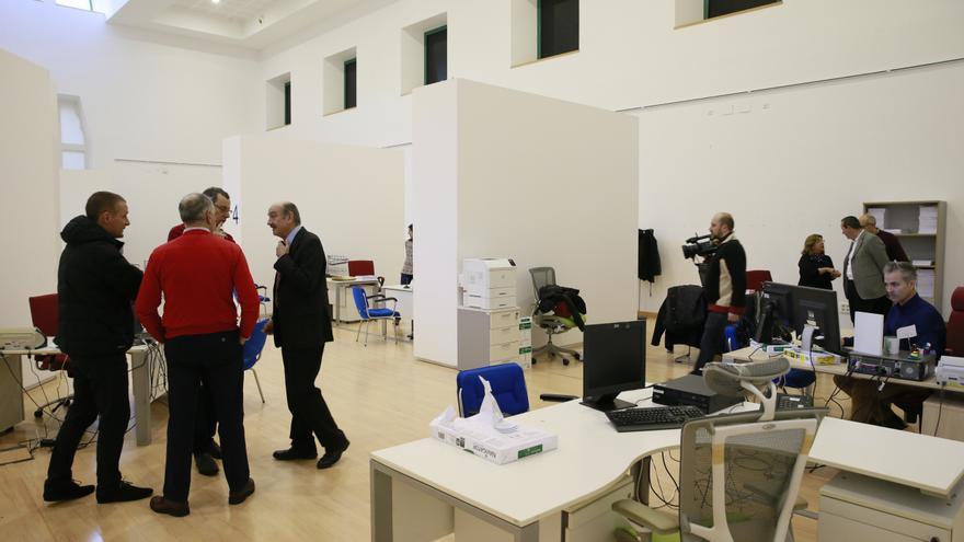 El consejero de Obras Públicas y Vivienda, José María Mazón, inaugura la nueva Oficina de Vivienda destinada a las solicitudes de ayudas al alquiler.