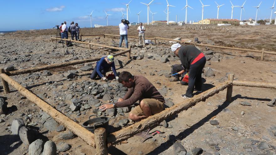 El Cabildo de Gran Canaria ejecuta el primer levantamiento de restos aborígenes en los Túmulos de Tenefé (ALEJANDRO RAMOS)