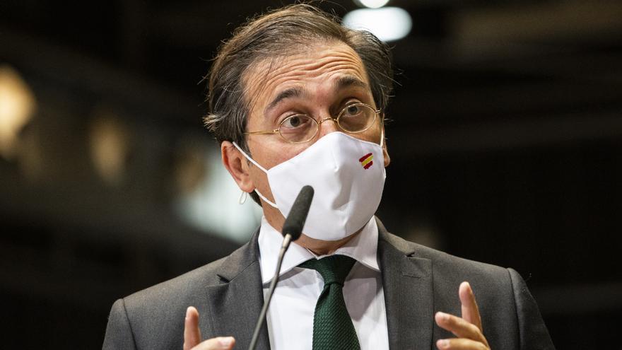 El ministro de Asuntos Exteriores, Unión Europea y Cooperación, José Manuel Albares, responde a los medios en el dispositivo puesto en marcha para recibir a los pasajeros del avión A400M