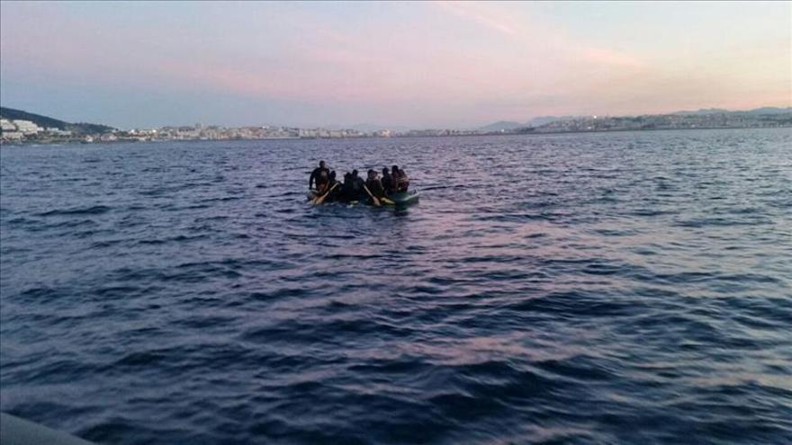 Imagen de archivo facilitada por la Guardia Civil de una operación de rescate de una balsa en la costa ceutí en pasado abril. / EFEArchivo.