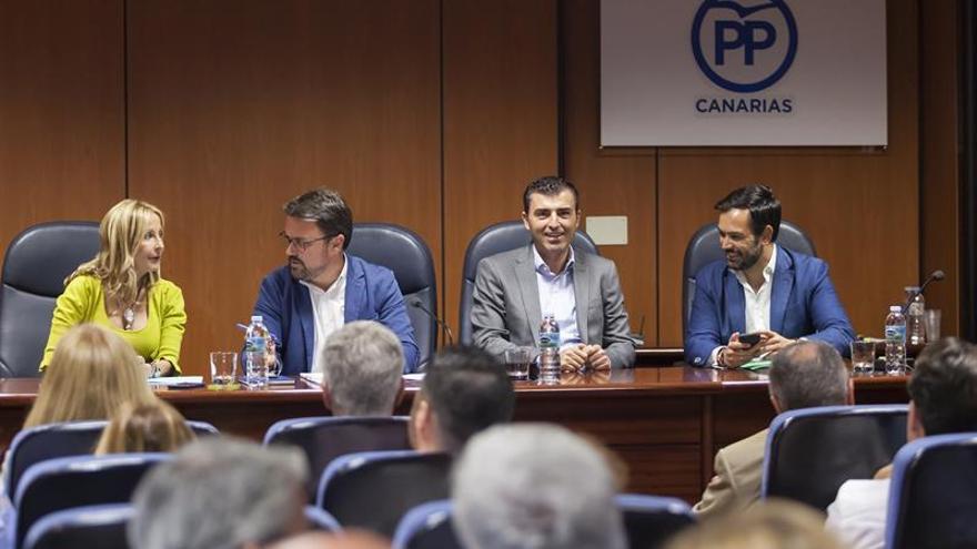 El presidente del Partido Popular en Canarias, Asier Antona (2i), acompañado por la presidenta del Partido Popular en Gran Canaria, María Australia Navarro (i); el presidente del PP en Tenerife, Manuel Domínguez (2d) y el coordinador general del PP en Canarias, Lope Afonso (d)
