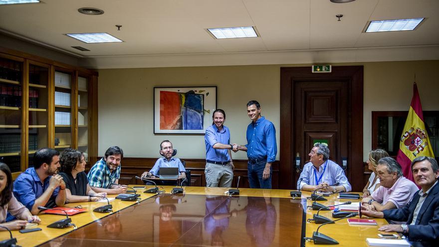 Los secretarios generales de PSOE y Podemos, Pedro Sánchez y Pablo Iglesias, se saludan antes de la reunión en el Congreso.