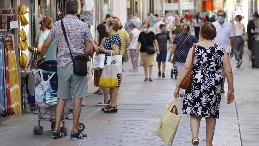 Personas en una calle comercial de Mërida.  Imagen de archivo.