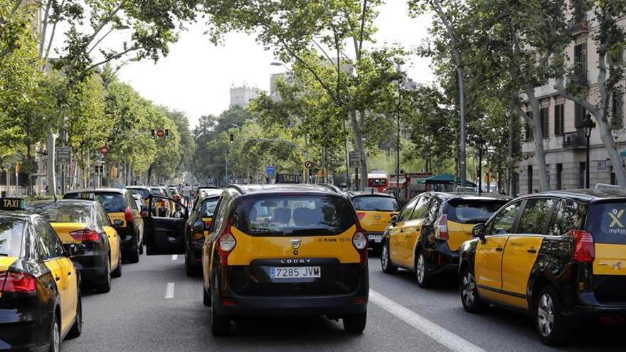 Diversos taxis ocupan la Gran Vía de les Corts Catalanes de Barcelona durante la huelga indefinida que los taxistas de Barcelona y Madrid han anunciado hoy para protestar contra la concesión de licencias de VTC
