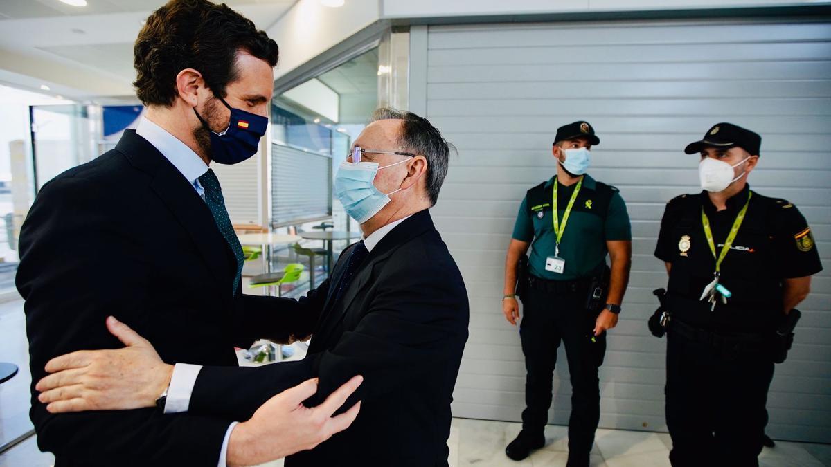 Pablo Casado junto al presidente de Ceuta, Juan Jesús Vivas, este jueves, en la ciudad autónoma.