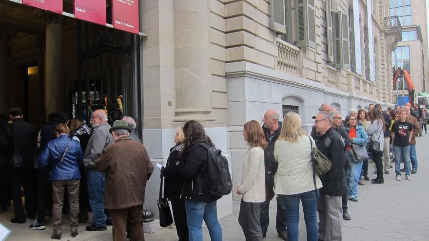 El Palau Robert registra su segundo día de colas, pero sin tener que ampliar las urnas