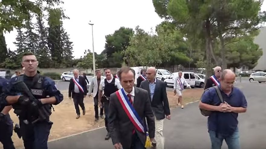 """Llegada de la comitiva del alcalde de la localidad francesa de Béziers, para comunicar a refugiados sirios que """"no son bienvenidos"""" en la ciudad."""