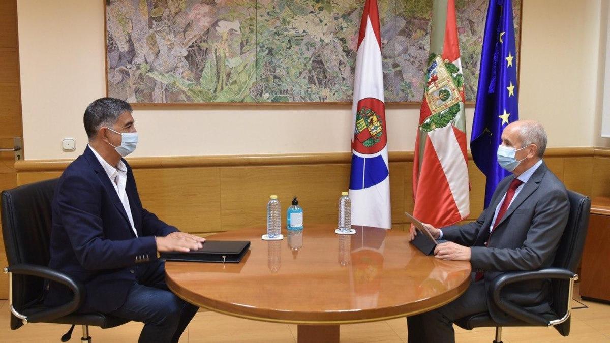 El secretario general de Erne, Roberto Seijo, con Josu Erkoreka