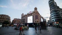 Varias personas pasean por la Plaza Callao de Madrid durante el primer fin de semana de fase 1 de desescalada por la pandemia de coronavirus.