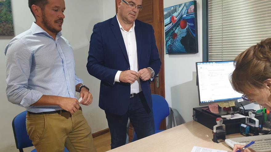 Mariano Hernández Zapata (PP) y Anselmo Pestana (PSOE), este miércoles, en el momento de registrar la moción de censura.