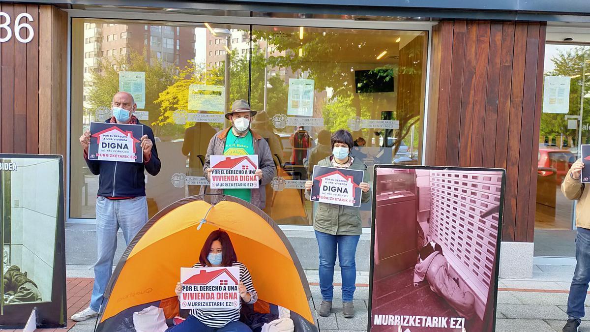 Protesta en contra del desahucio de una mujer en Barakaldo