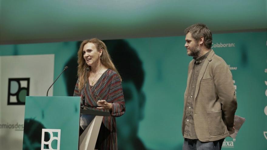 Estrella Galán, directora de CEAR, y Alberto Senante, secretario de Comunicación de CEAR recogen el Premio a la Mejor Campaña de una ONG por la serie 'Maras no es una serie'