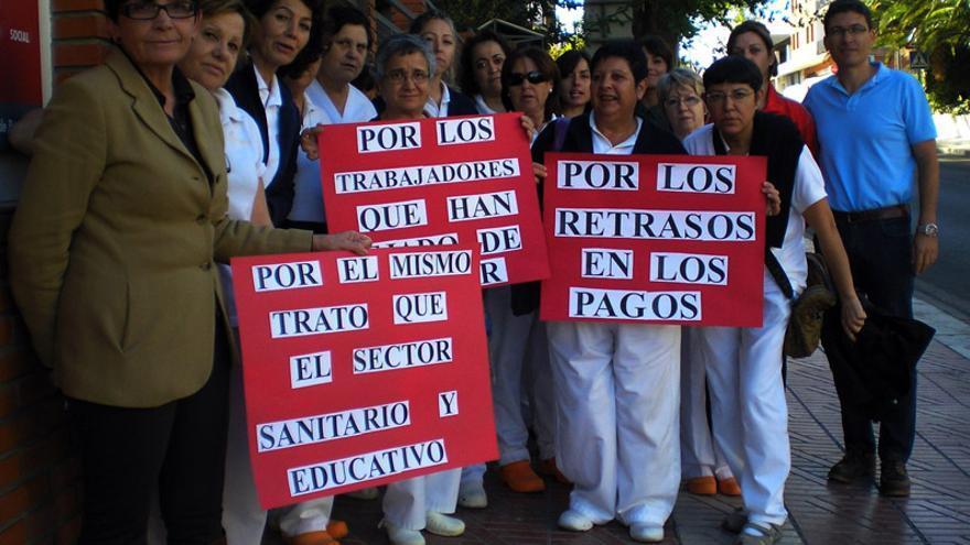 Los trabajadores del sector socio-sanitario protestan por los impagos del Consell