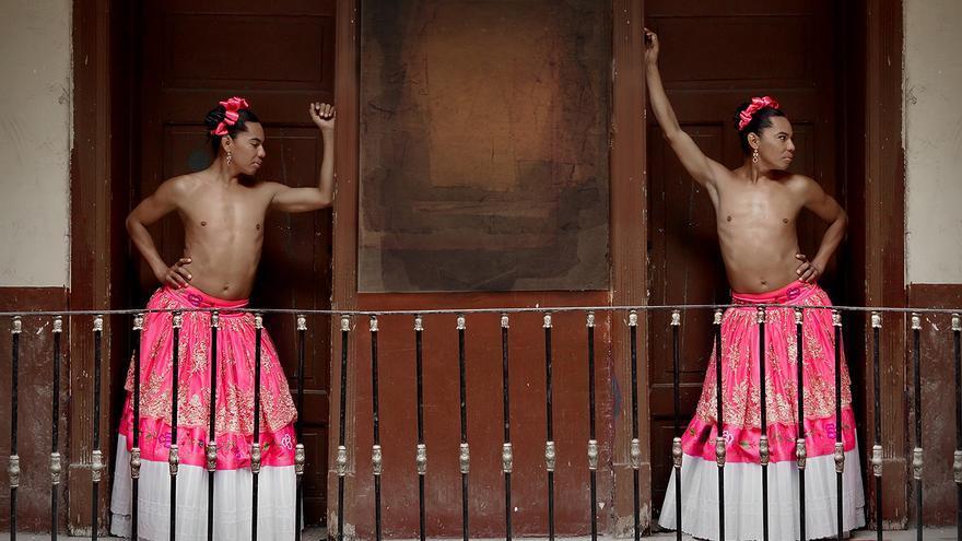 Lukas Avendaño, en una fotografía que alude al cuadro 'Las dos fridas', de Frida Khalo / Mario Patiño